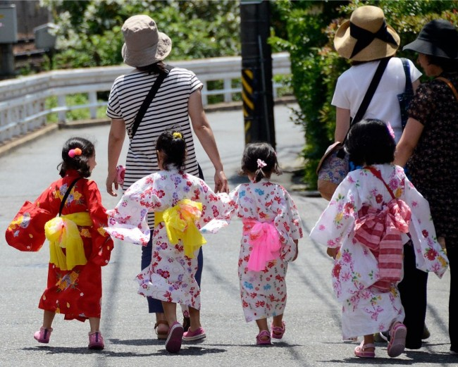 2. Kimono clad youngsters heading home after the Arimatsu Shibori Festival. Photo Eileen Ekinaka